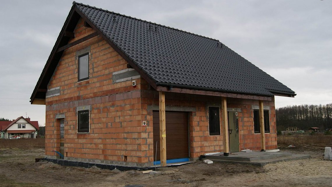 Проект акуратного котеджу з вбудованим гаражем для однієї машини