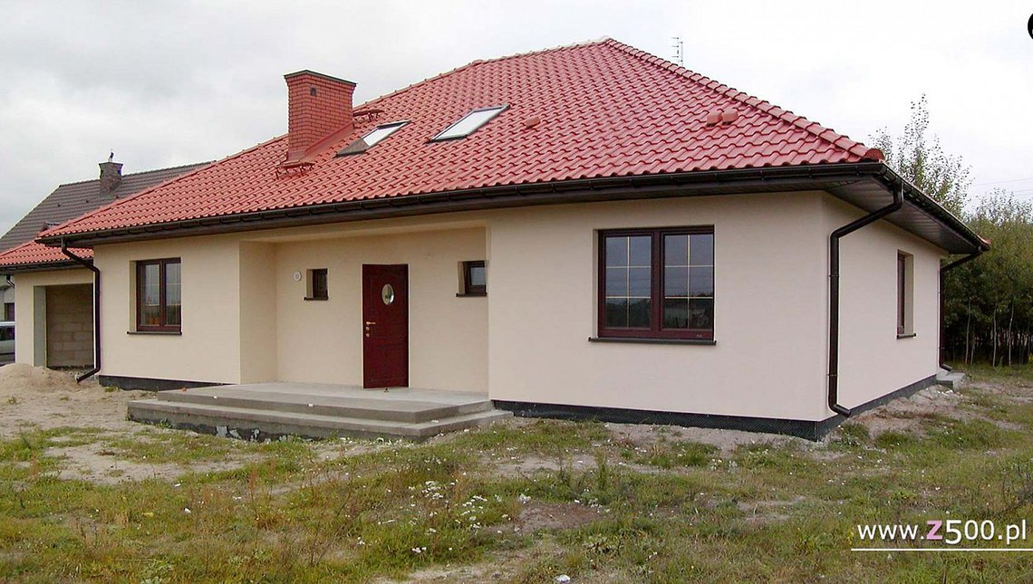 Проект будинку з багатоспадовим дахом і каміном