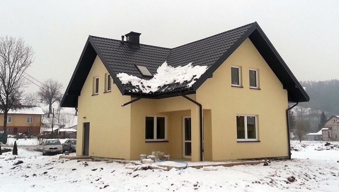 Проект простого будинку з балконом над входом